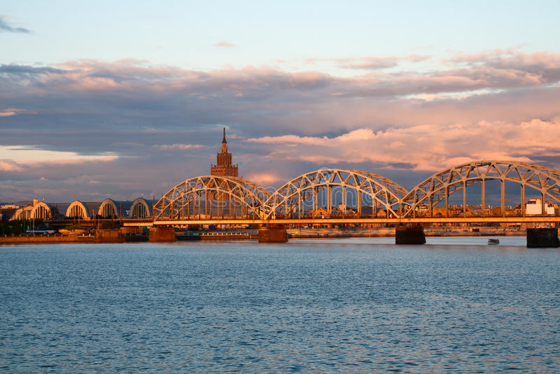 Paysage urbain de Riga au coucher du soleil image stock