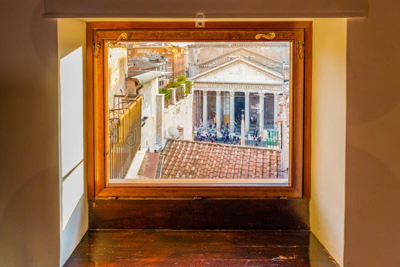 paysage urbain de Rome dans une fenêtre photo stock