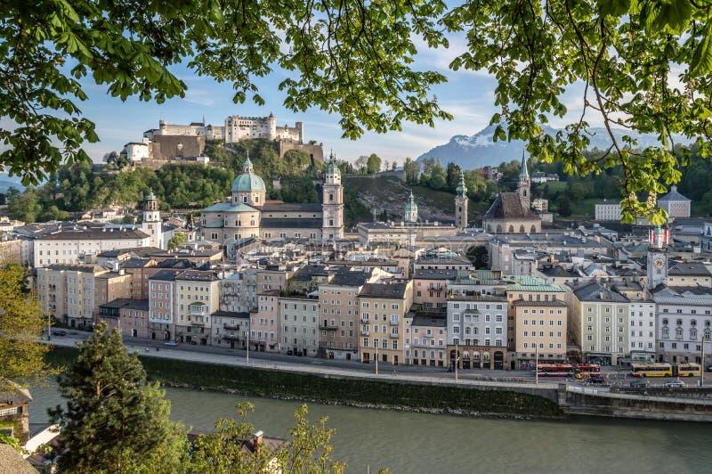 Paysage urbain de Salzbourg au crépuscule photographie stock libre de droits
