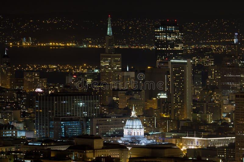 Paysage urbain de San Francisco avec la ville hôtel la nuit photos stock