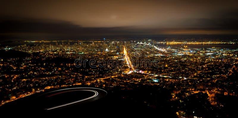 Paysage urbain de San Francisco la nuit image libre de droits