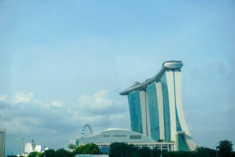 Paysage urbain de Singapour au b?timent de cr?puscule et d'affaires autour de la baie de marina image libre de droits
