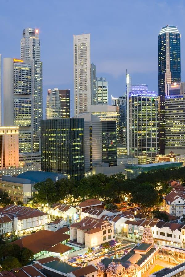 Paysage Urbain De Singapour Au Crépuscule Photo stock