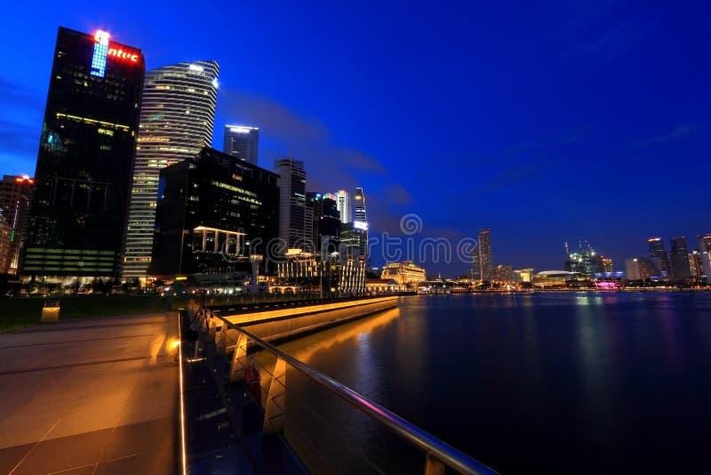 Paysage urbain de Singapour le soir images libres de droits