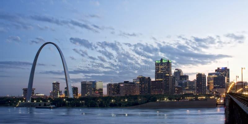 Paysage urbain de St Louis au crépuscule image stock