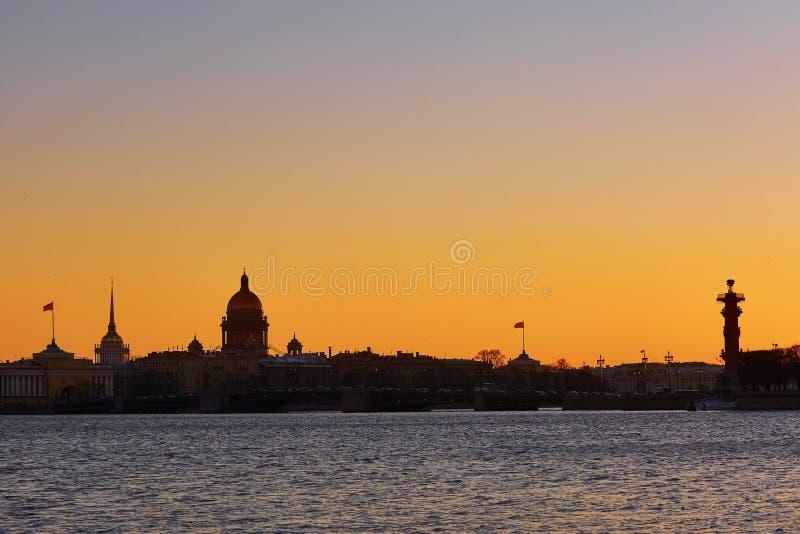 Paysage urbain de St Petersburg, Russie sur le coucher du soleil image stock