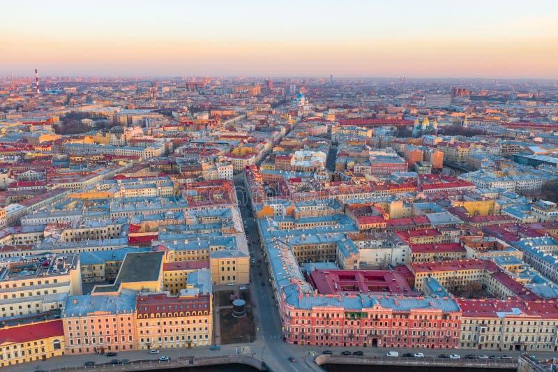 Paysage urbain de St Petersburg Vue a?rienne ? la partie du sud de la ville du centre, cath?drale de trinit? Coucher du soleil de image stock