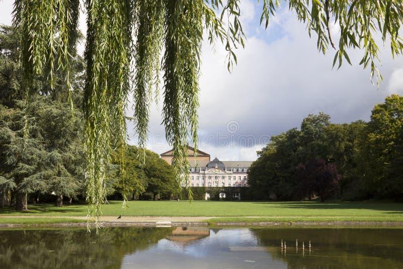 Paysage urbain de Trier avec le palais d'électeurs de prince images stock