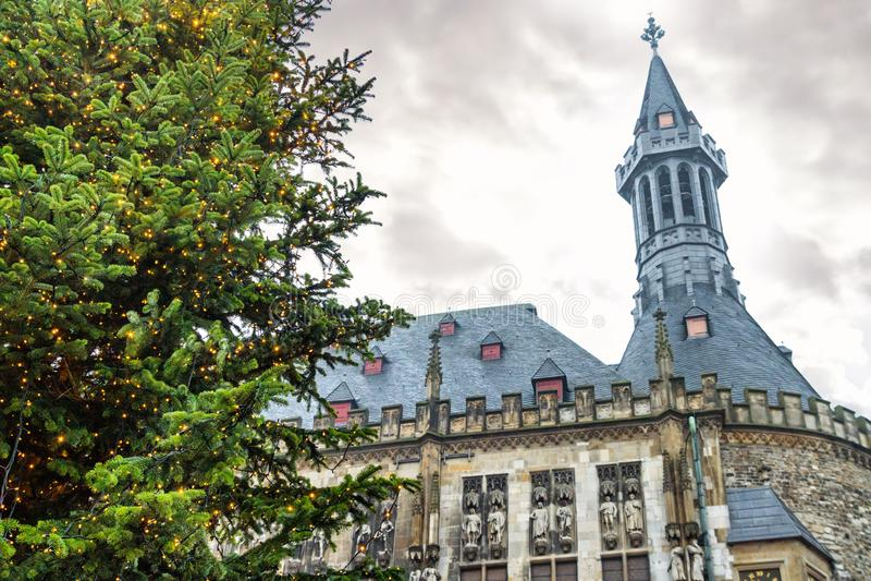 Paysage urbain de vacances - vue de l'arbre de Noël sur le fond de hôtel de ville d'Aix-la-Chapelle images stock