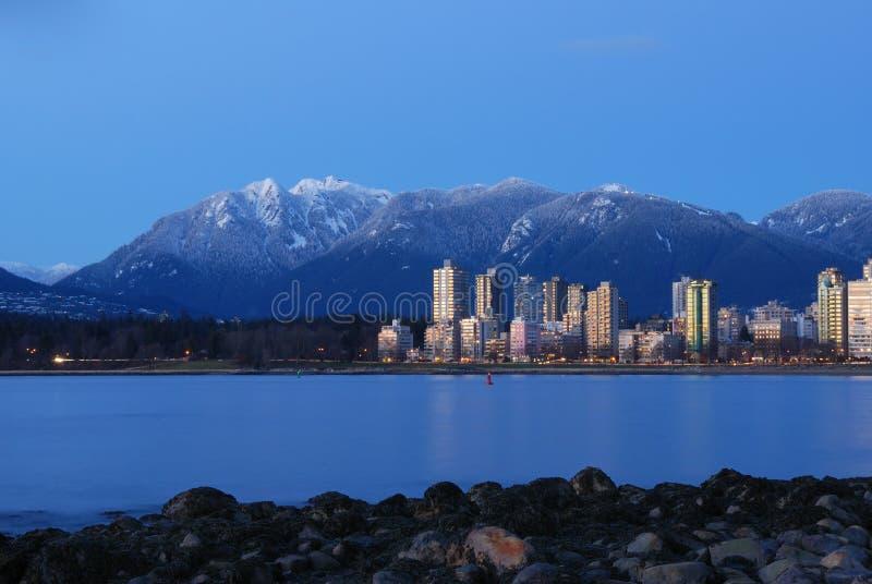 Paysage urbain de Vancouver avec la montagne de grouse photos libres de droits