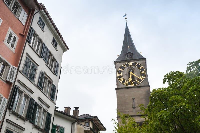 Paysage urbain de vieux Zurich, Suisse Tour d'horloge images stock