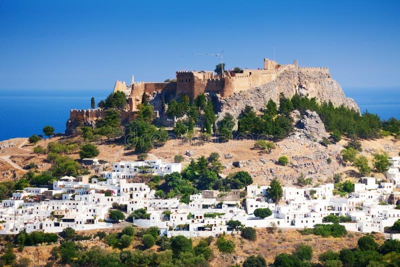 Paysage urbain de village de Lindos et d'Acropole antique images libres de droits