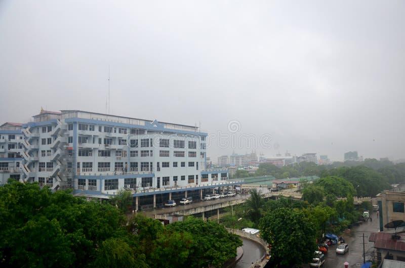 Paysage urbain de ville de Mandalay tout en rainning le temps à Mandalay, Myanmar photos stock