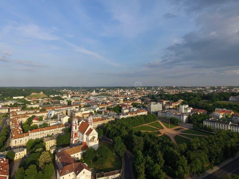 Paysage urbain de Vilnius et place de Lukiskes, tour de Gediminas à l'arrière-plan lithuania photographie stock libre de droits