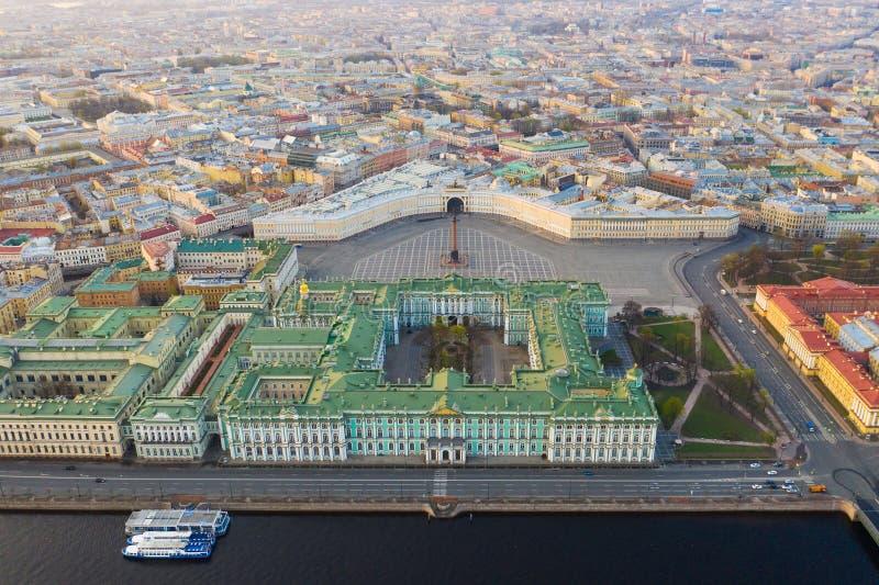 Paysage urbain de vue aérienne de centre de la ville, place de palais, musée d'ermitage d'état (palais d'hiver), rivière de Neva  photographie stock libre de droits
