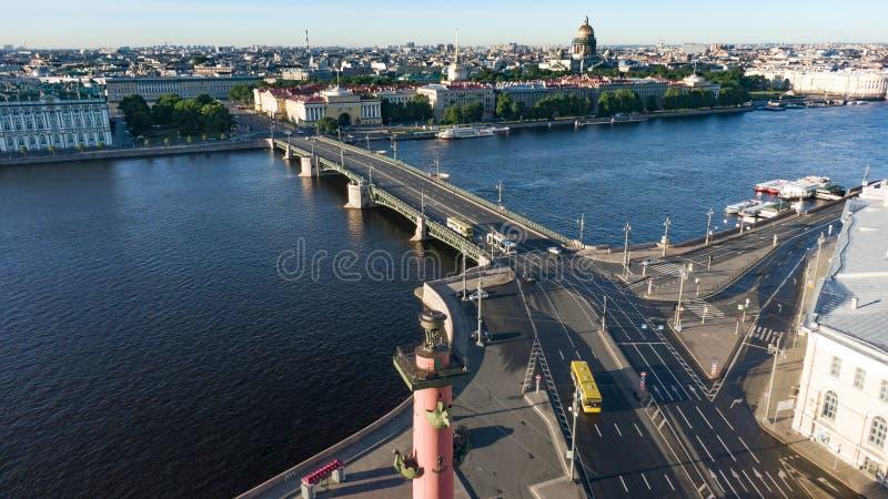 Paysage urbain de vue aérienne de centre de la ville, place de palais, musée d'ermitage d'état, rivière de Neva Horizon de St Pet image libre de droits