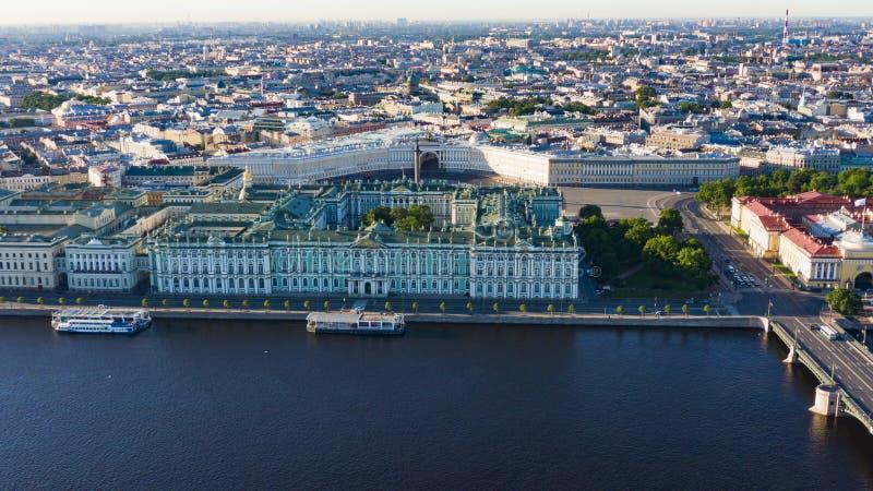 Paysage urbain de vue aérienne de centre de la ville, place de palais, musée d'ermitage d'état, rivière de Neva Horizon de St Pet images libres de droits