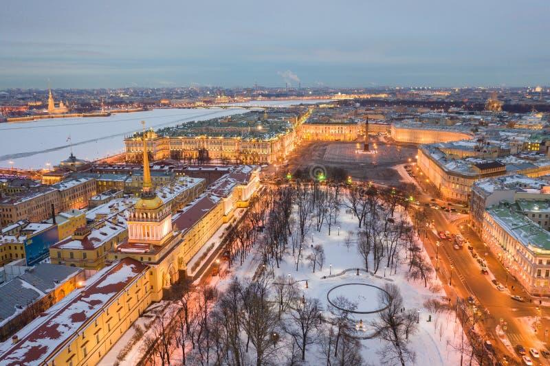 Paysage urbain de vue aérienne de centre de la ville, de place de palais, de rivière de palais, de Neva d'hiver de musée d'ermita photos stock