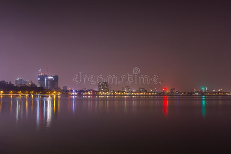 Paysage urbain de vue de nuit au lac occidental Ho Tay image stock