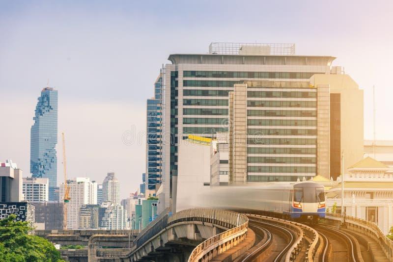 Paysage urbain des immeubles modernes du centre ville de ville de Bangkok et de bureaux d'affaires au coucher du soleil , Archite image stock