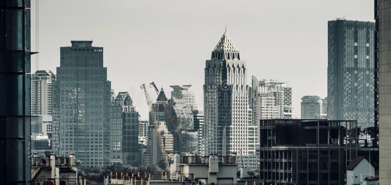 Paysage urbain du bâtiment moderne avec la bannière darmatic de fond de ton de filtre image libre de droits