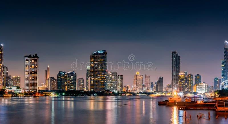 Paysage urbain du bâtiment moderne près de la rivière pendant la nuit Immeuble de bureaux moderne d'architecture Gratte-ciel avec photographie stock libre de droits