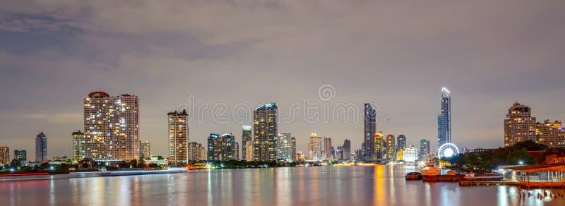 Paysage urbain du bâtiment moderne près de la rivière pendant la nuit Immeuble de bureaux moderne d'architecture Gratte-ciel avec photo libre de droits