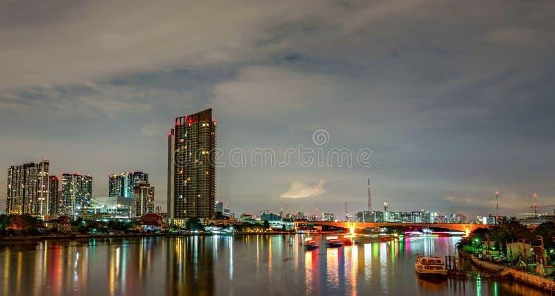 Paysage urbain du bâtiment moderne près de la rivière pendant la nuit Immeuble de bureaux moderne d'architecture Gratte-ciel avec photos libres de droits