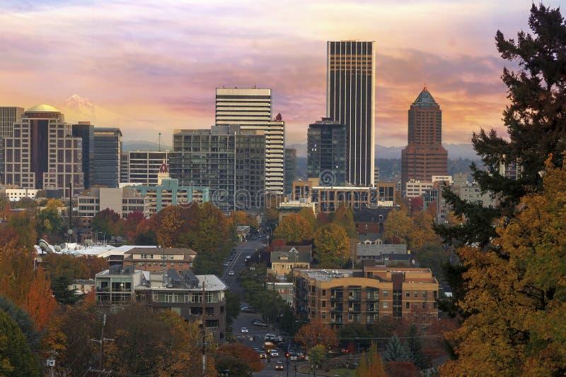 Paysage urbain du centre de Portland pendant le lever de soleil dans l'automne images libres de droits