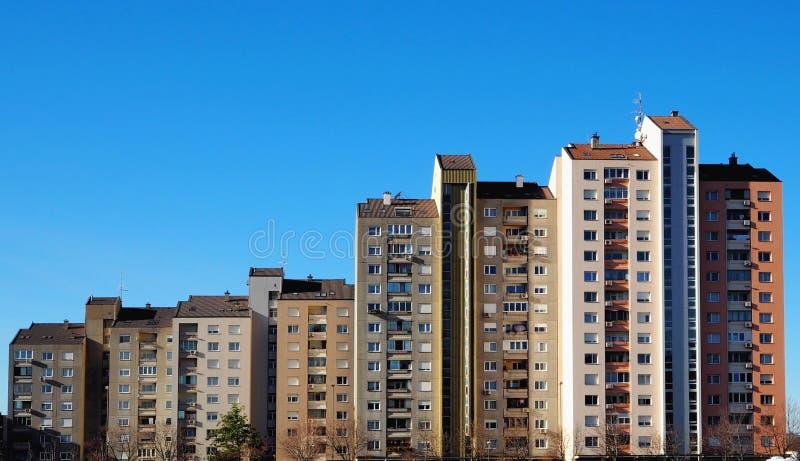 Paysage urbain du quart résidentiel de Nova Gorica en Slovénie, la ville moderniste, un exemple d'architecture socialiste images stock