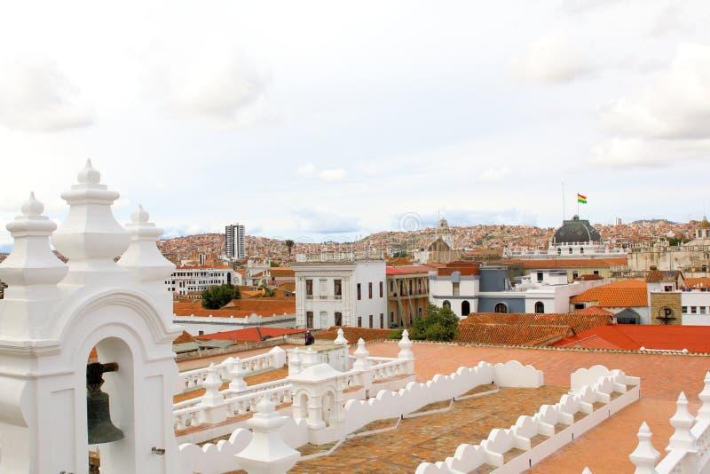 Paysage urbain du sucre, Bolivie avec la tour de la cathédrale évidente photo libre de droits