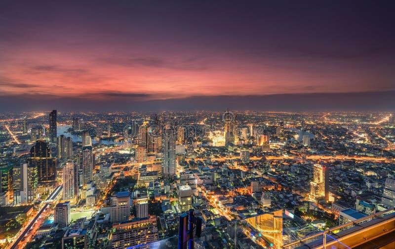 Paysage urbain du trafic léger avec le gratte-ciel et le fleuve Chao Phraya à la métropole de Bangkok image libre de droits