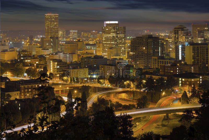 Paysage urbain et autoroute du centre de Portland la nuit photo stock
