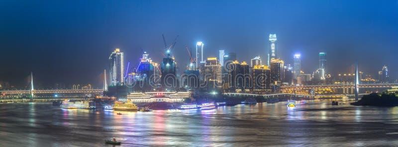 Paysage urbain et horizon de Chongqing la nuit image stock