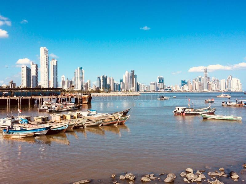 Paysage urbain et horizon de Panamá City derrière de vieux bateaux de pêcheur aux fis images libres de droits