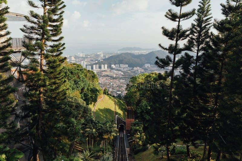Paysage urbain et montagne ensoleillés avec le vert qui a regardé de la colline de Penang chez George Town Penang, Malaisie photographie stock libre de droits