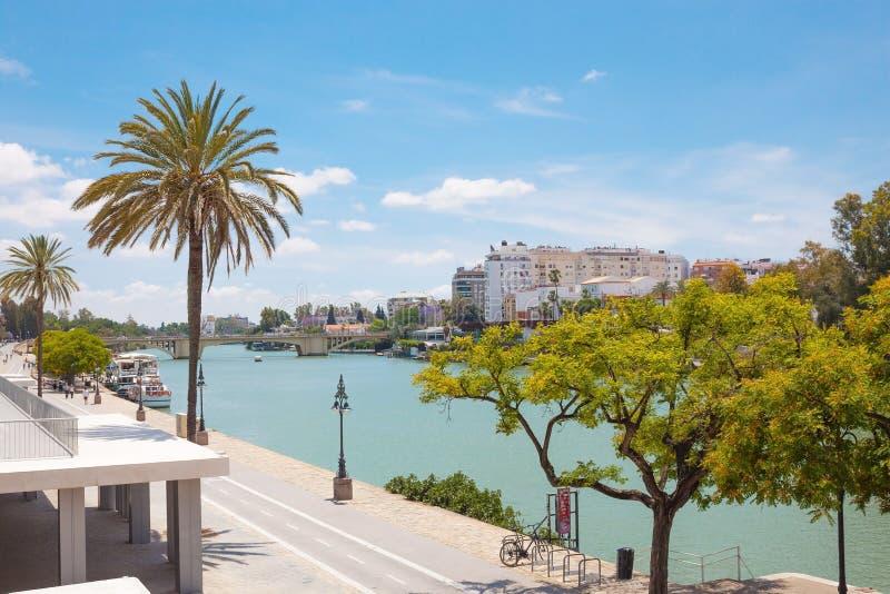 Paysage urbain et rivière du Guadalquivir en Séville, Espagne photographie stock libre de droits