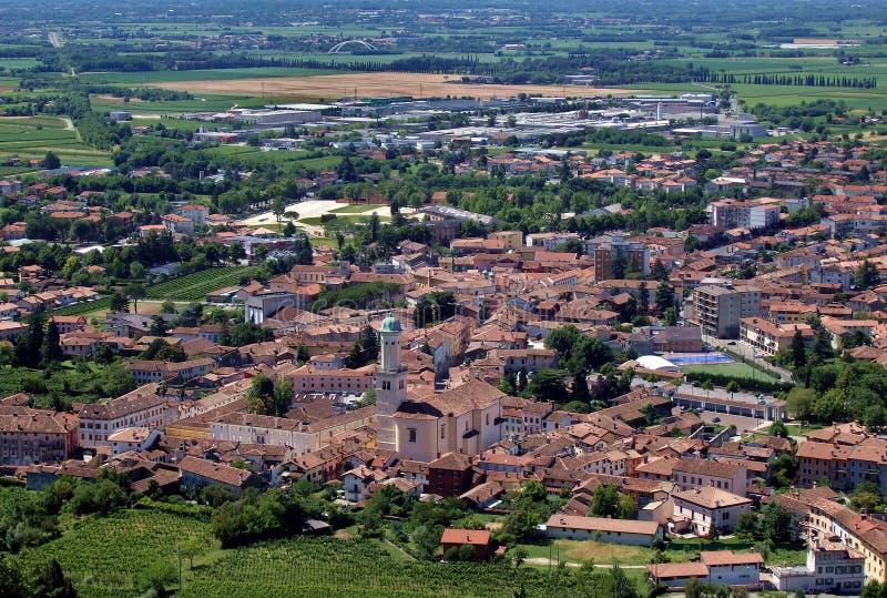 Paysage urbain et vue aérienne de Cormons, région de vin du Friuli oriental, en Italie image libre de droits