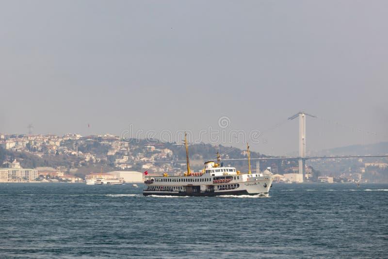 Paysage urbain et vue de sarayburnu à Istanbul avec des lignes de ville ferries photo stock