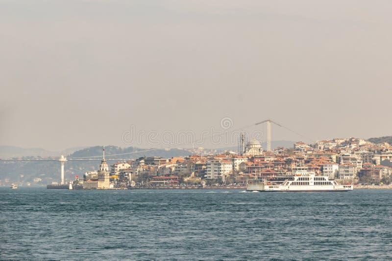 Paysage urbain et vue de sarayburnu à Istanbul avec des lignes de ville ferries photos stock