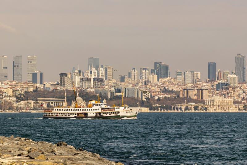 Paysage urbain et vue de sarayburnu à Istanbul avec des lignes de ville ferries photographie stock libre de droits