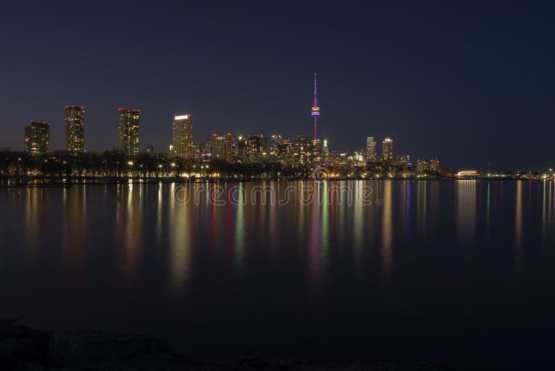 Paysage urbain - horizon de ville de Toronto la nuit, ciel foncé clair, réflexion de la lumière colorée dans la surface calme de  images libres de droits
