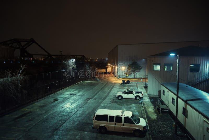 Paysage urbain industriel de nuit de ville photographie stock libre de droits