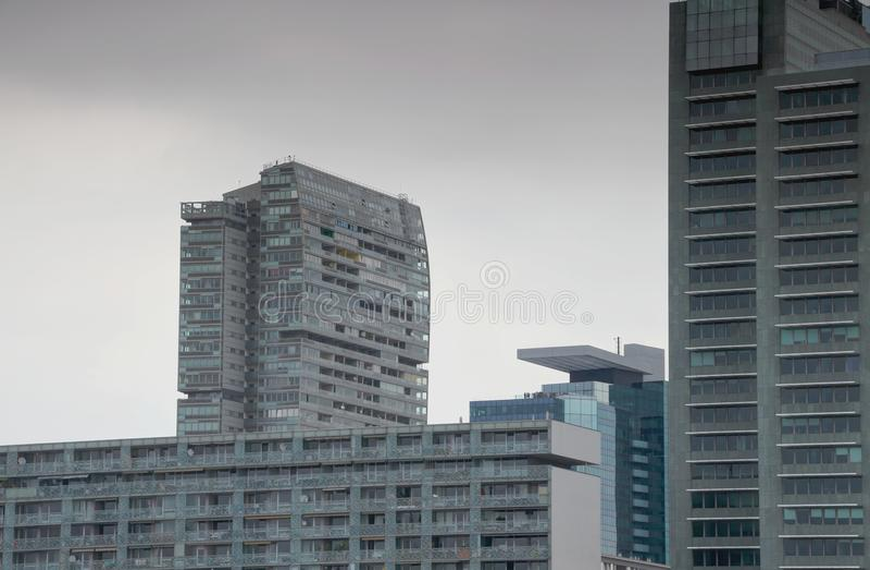 Paysage urbain mat des blocs de tour ayant beaucoup d'étages gris et du ciel gris images stock