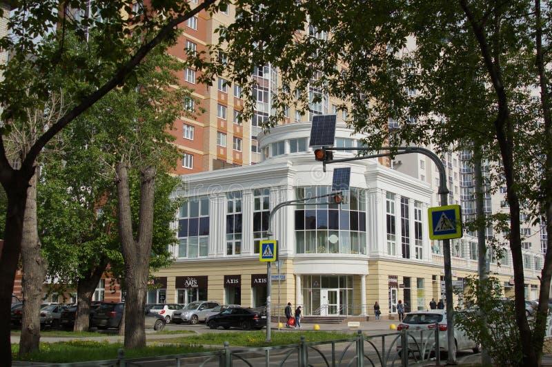 """Paysage urbain : nouveaux bâtiments dans le style d'un nouveau classique, rue de Melnikov Maison résidentielle """"aristocrate """" photos stock"""