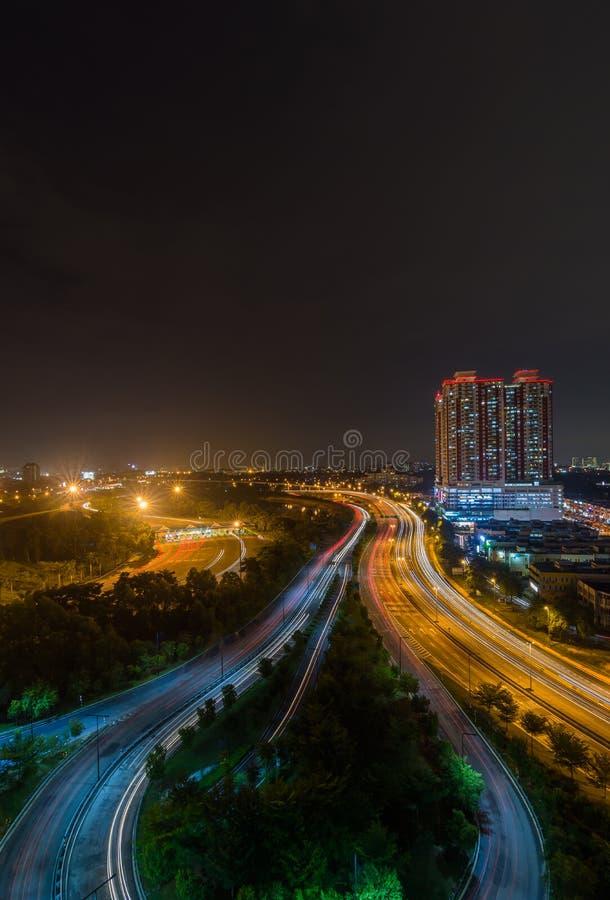 Paysage urbain urbain occupé avec la scène occupée de nuit de route images libres de droits