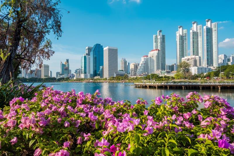 Paysage urbain, paysage ou bâtiments ayant beaucoup d'étages vus du parc de Benjakiti à Bangkok, Thaïlande photographie stock