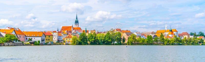 Paysage urbain panoramique de Jindrichuv Hradec avec l'étang de Vajgar dans le premier plan R?publique Tch?que photos libres de droits