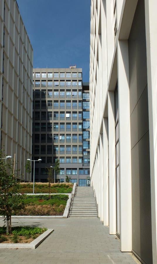 Paysage urbain pedestrianized moderne des développements commerciaux grands derrière l'université de beckett de Leeds image stock