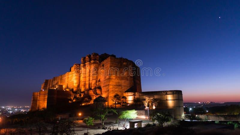Paysage urbain rougeoyant à Jodhpur au crépuscule Le fort majestueux était perché sur le dessus dominant la ville bleue Destinati image libre de droits